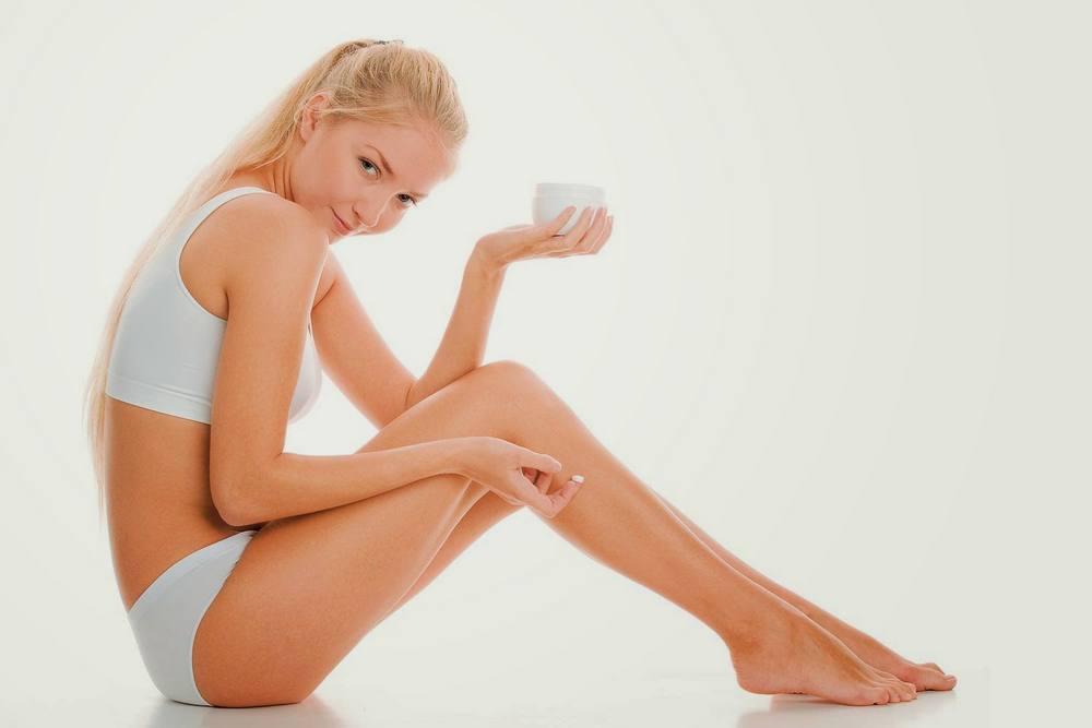 Фото: Нанесение крема на кожу после лазерной эпиляции